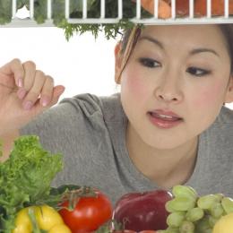 La ce riscuri te expui dacă mănânci doar legume şi fructe