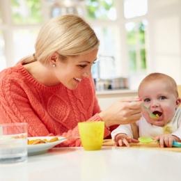 Vreţi ca bebeluşul să mănânce? Mâncați odată cu el!