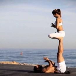 Un cadou inedit de Ziua Îndragostiţilor: Yoga în cuplu sau cum să reaprindem pasiunea în relaţie!